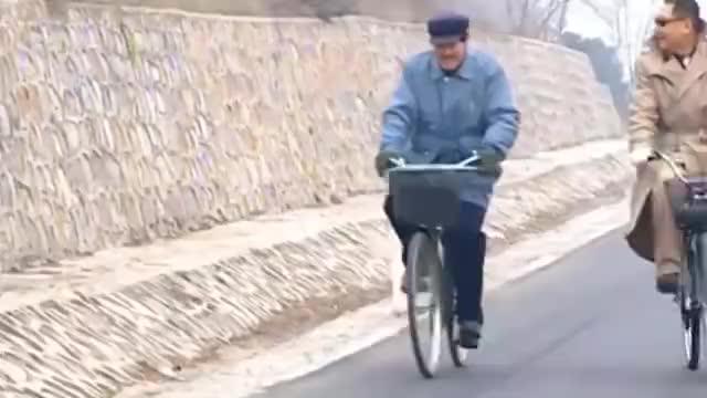 彪哥跟马大帅骑着自行车上高速,两人骑着正高兴,被警察逮住了