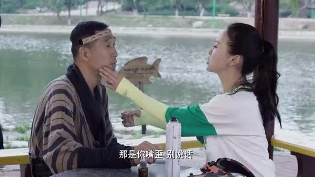 福星盈门:在片场,美女细心地为小哥打理妆容