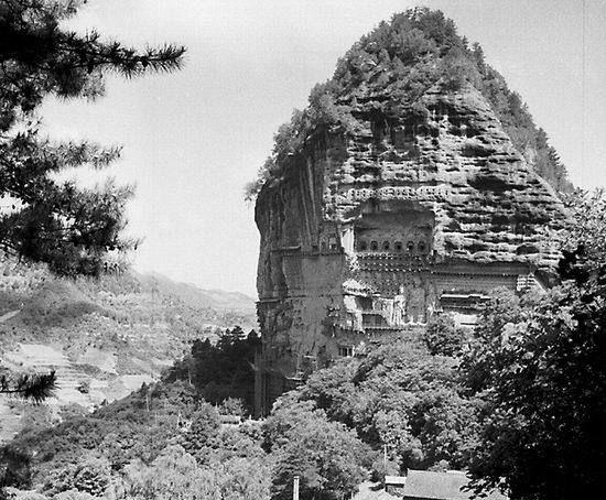 1975年的甘肃天水麦积山,沧桑的石窟、佛像与宝塔