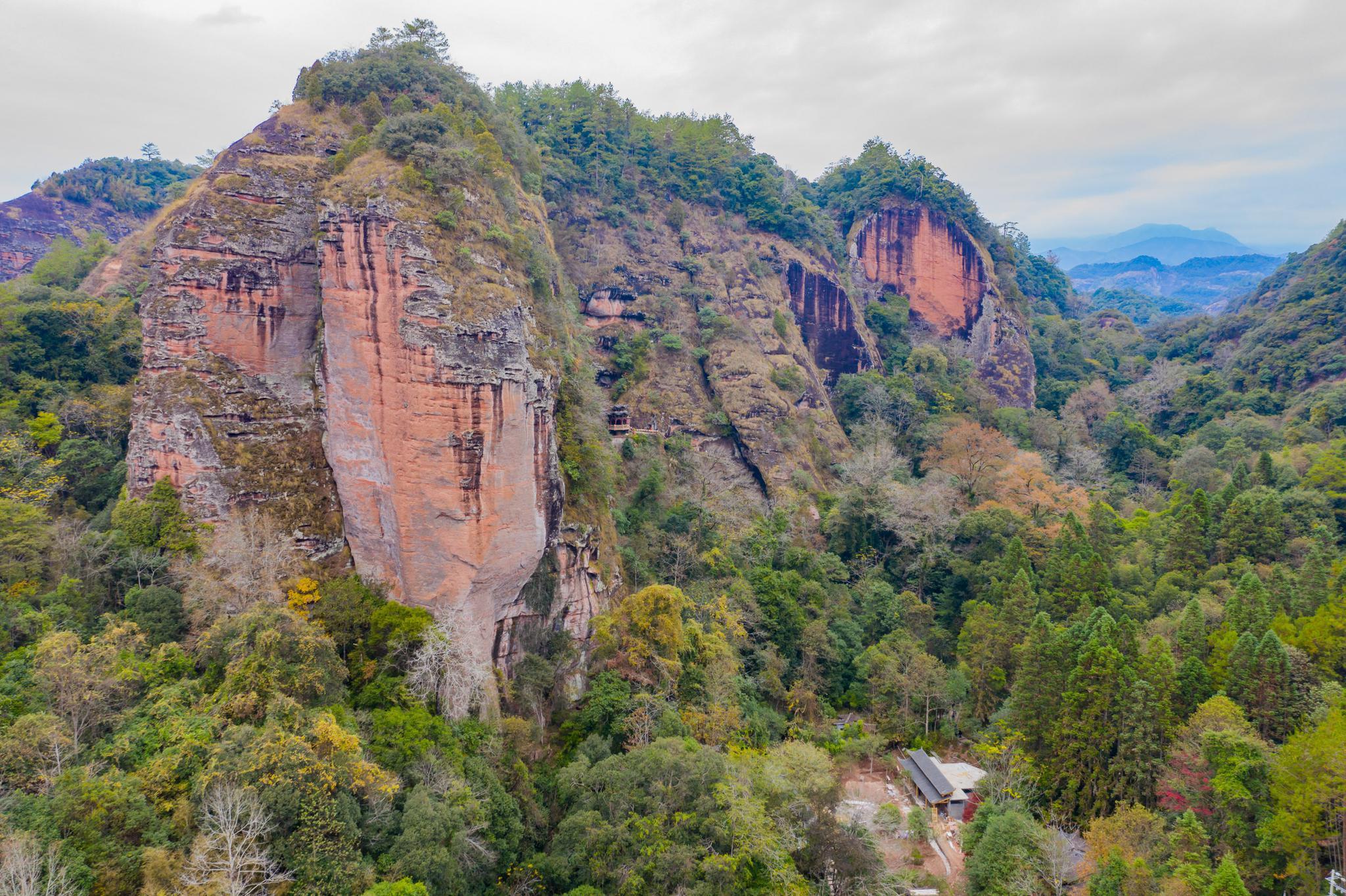 福建大山悬崖发现一天然岩洞,洞中竟悬挂一座楼阁,已有800多年