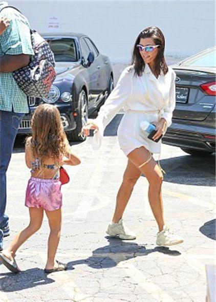 卡戴珊带女儿去上课,穿纯白look秀长腿,小公举一路狂奔