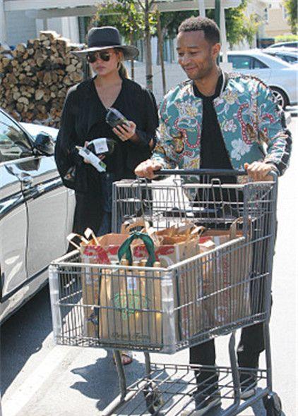 """宠妻狂魔!""""传奇哥""""陪妻子克莉茜逛超市,推满满购物车干体力活"""