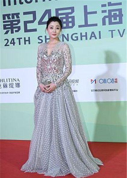 24届上海电视节星装:殷桃亮片灰色纱裙,珠光手包优雅高贵