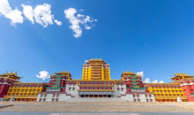 中国最高的室内弥勒佛像是五年来建造的,高37米,重332吨。