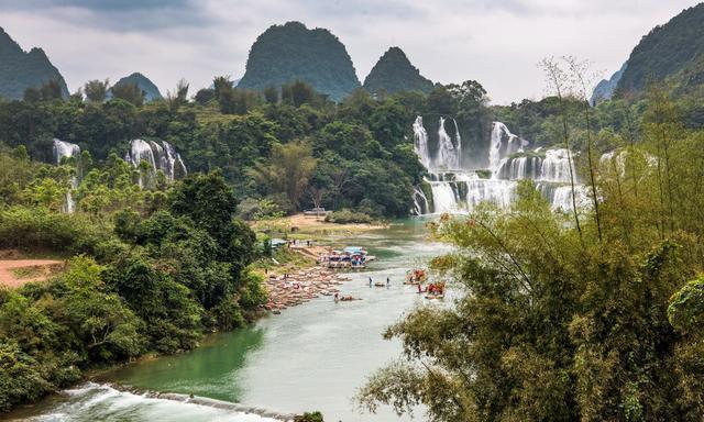 广西这条瀑布横跨两国,中国人和越南人在同一条河上做生意!