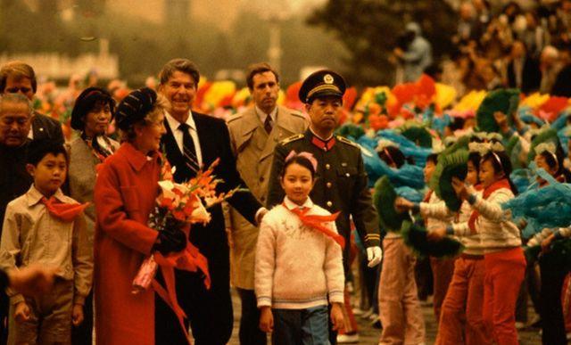 1984年美国总统里根访华照片:到玉佛寺拜佛上香
