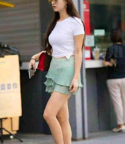街拍:芳菲妩媚的美女,一件白色短袖配浅绿色短裙,时尚都市丽人