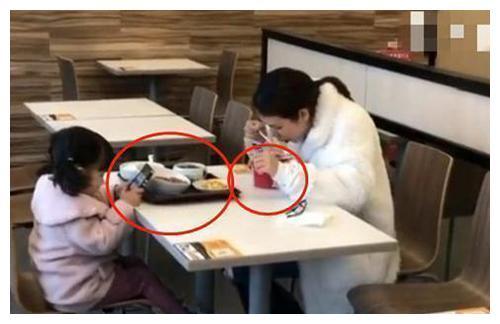 母女俩在快餐店用餐的一幕,让店员看了直摇头:这孩子养废了!