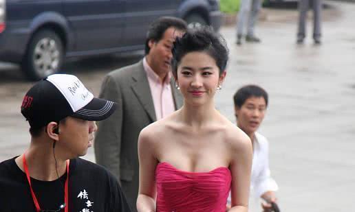 刘亦菲单看是很美,当她撞上景甜后,网友:这简直不在一个频道上