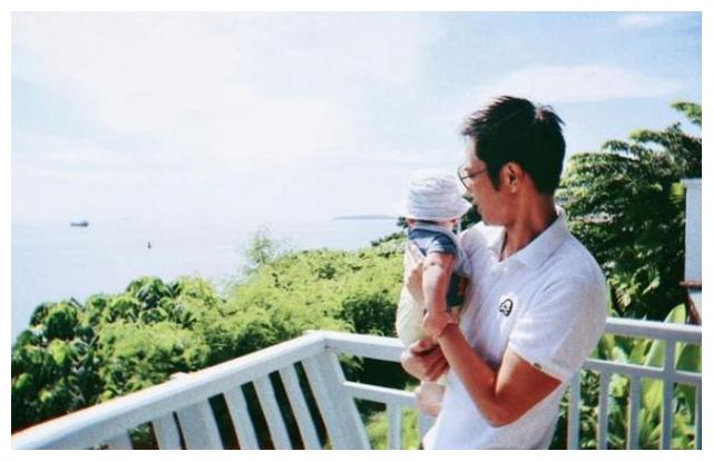 郑嘉颖陈凯琳普吉岛度假,晒出儿子正面照,大眼睛十分呆萌可爱