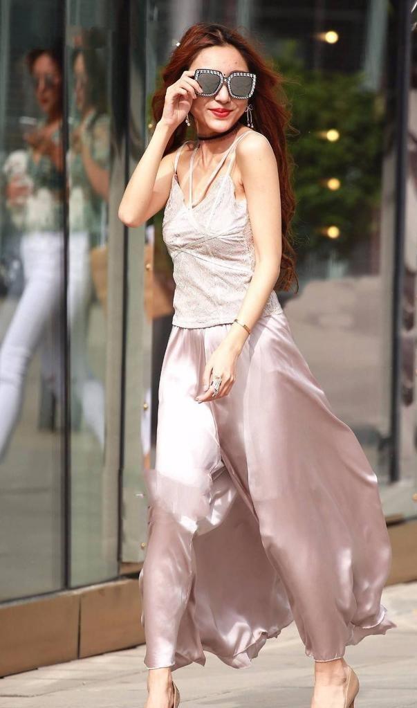 美少妇色视频_肤白貌美的美少妇,雪纺背心搭配粉红色的长裙,身姿妩媚性感