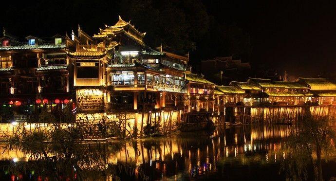 吊脚楼是凤凰古城的特色和一张名片,是世界知名的特色