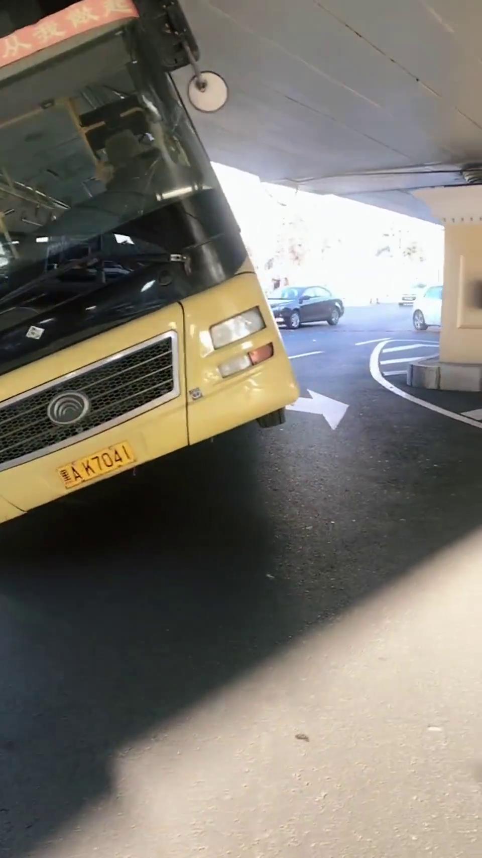 最自信的公交车,大桥都敢怼,真不知道哪来的勇气!