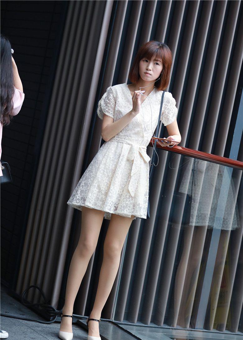 街拍爱好者:白色连衣裙搭配肉色丝袜,淑女姐姐示范夏季最佳搭配