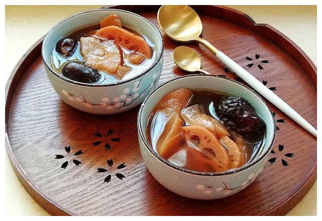 雪梨红枣莲藕羹,十分清香,喝一碗提高免疫力