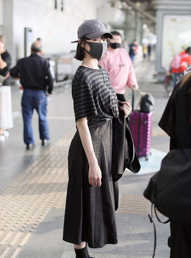 李子璇戴帽子口罩包裹严实现身机场,独自候机站姿乖巧