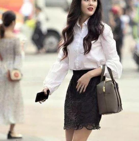 街拍:美目盼兮的美女,一件白色衬衫配黑色短裙,时尚女性魅力范