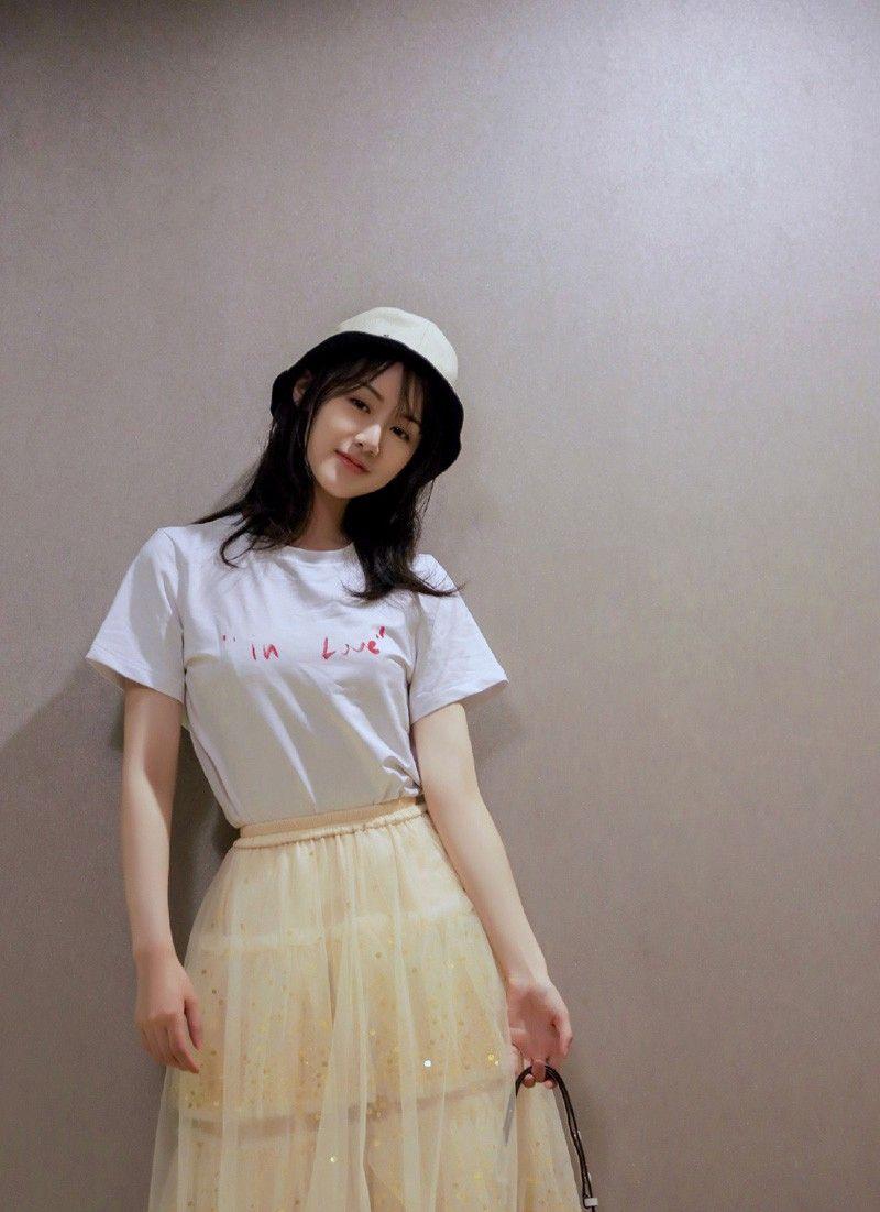 袁冰妍写真照,白T配纱裙,尽显清新文艺气息,小公主气质十足!
