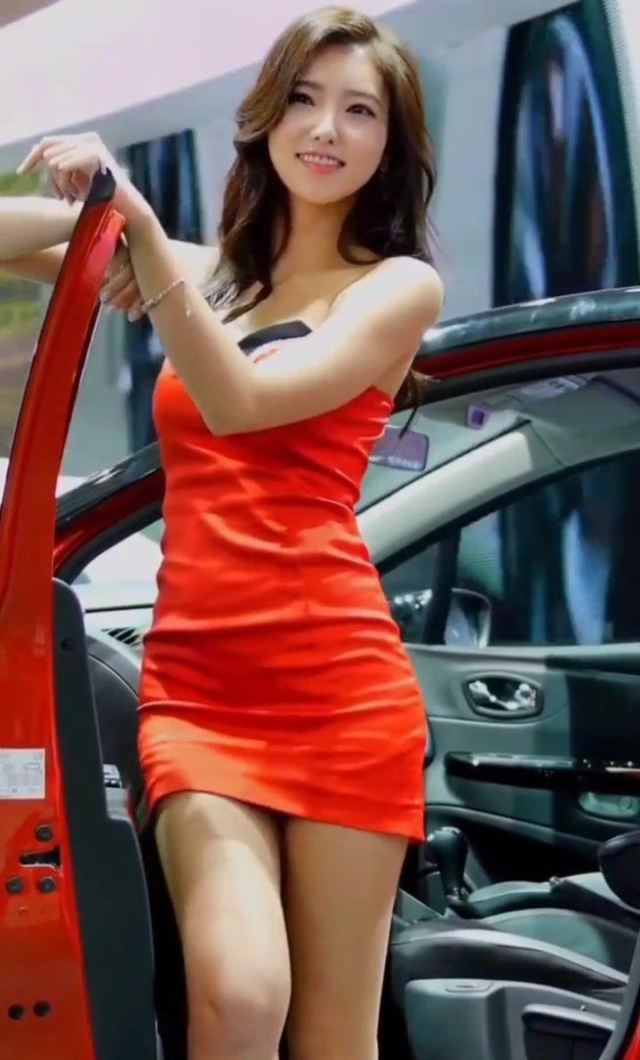 车模美女:穿着传统的古典衣服搭配,显得时尚大方