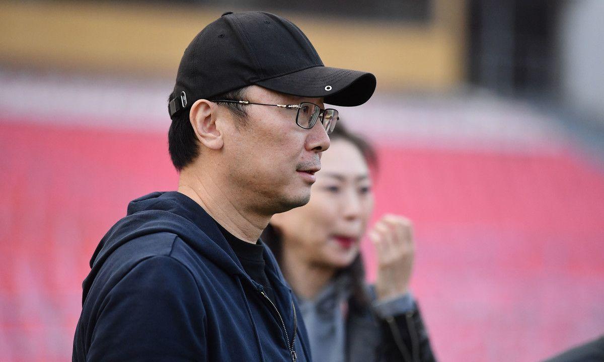 大导演也是足球迷?陆川现身观看北京国安训练,戴棒球帽很低调
