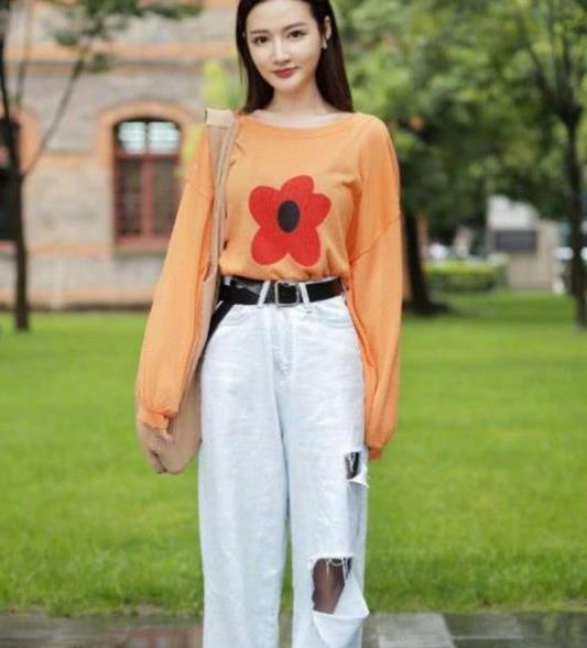 街拍:耀如春华的美女,一件橘色上衣配漏洞牛仔裤,时尚清新气质