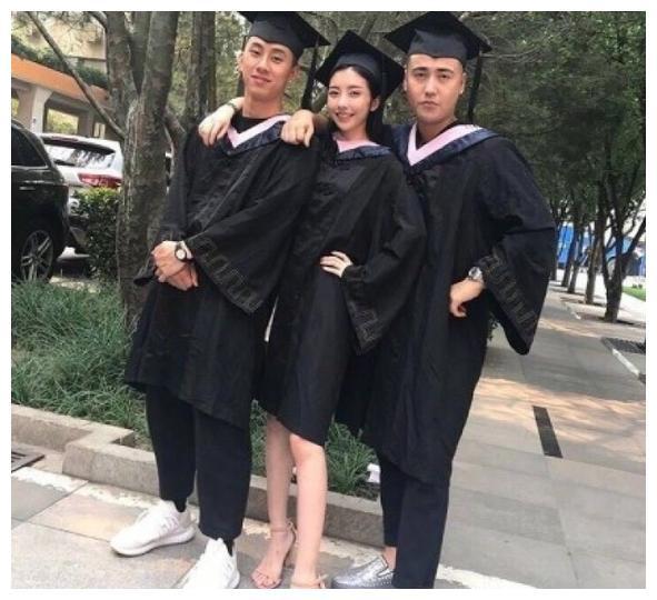 豆得儿毕业照曝光,网友:难怪王思聪会和她在一起!