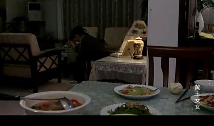 饥肠辘辘的女人将走失儿童送回家,看到他家的一桌剩饭,抓起就吃