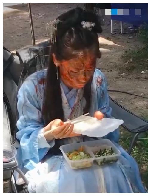 女群演不敢卸妆吃饭,小心翼翼夹菜怕影响妆容太心酸
