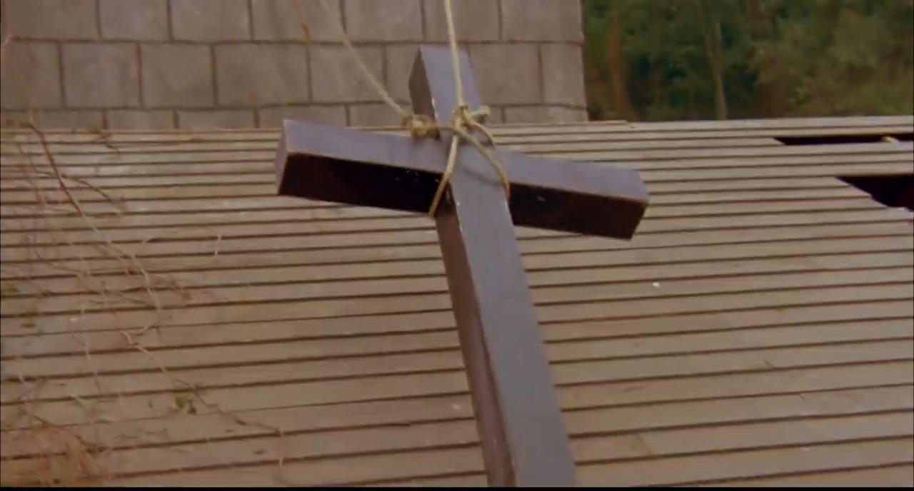 军官说教堂里有蝙蝠,要把教堂烧了,修女拼死不同意!