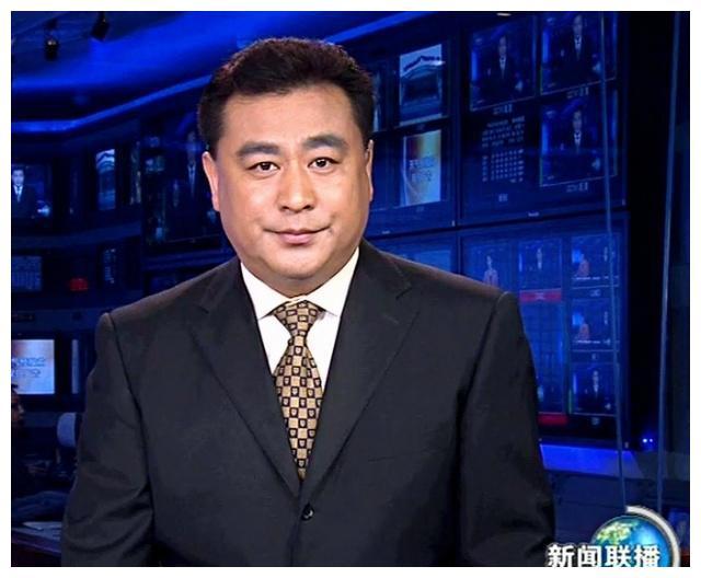 他是清华校长的儿子,担任央视主持人32年,为什么还是单身呢
