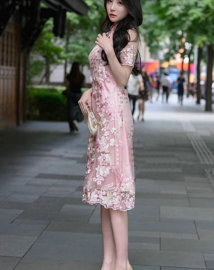 街拍:穿了一条粉色印花旗袍,完美展现了东方女性的气质与美感