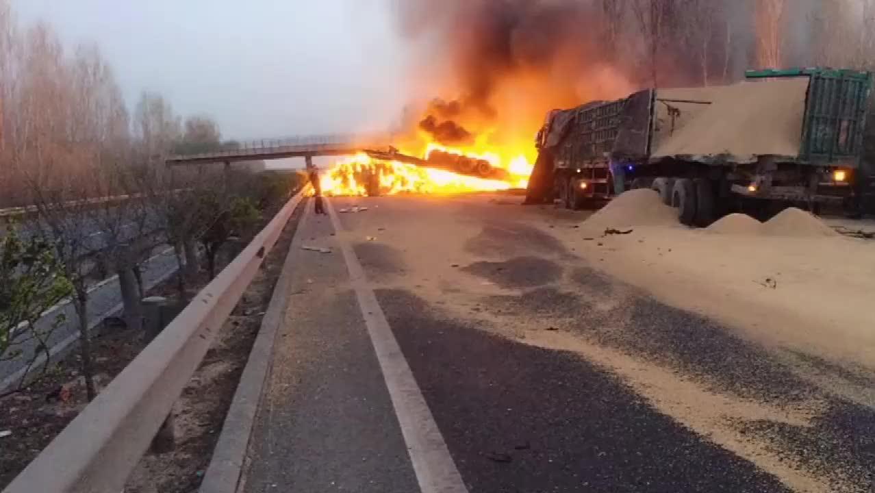两挂车高速意外追尾翻车大火迅速蔓延现场惨不忍睹