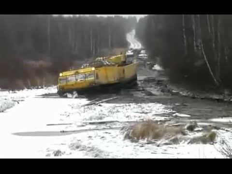 全地形车开进沼泽地他还真敢进去