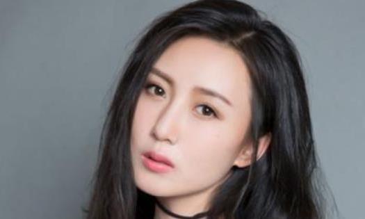 她的公公是张丰毅,婆婆是吕丽萍,和靳东搭档走红
