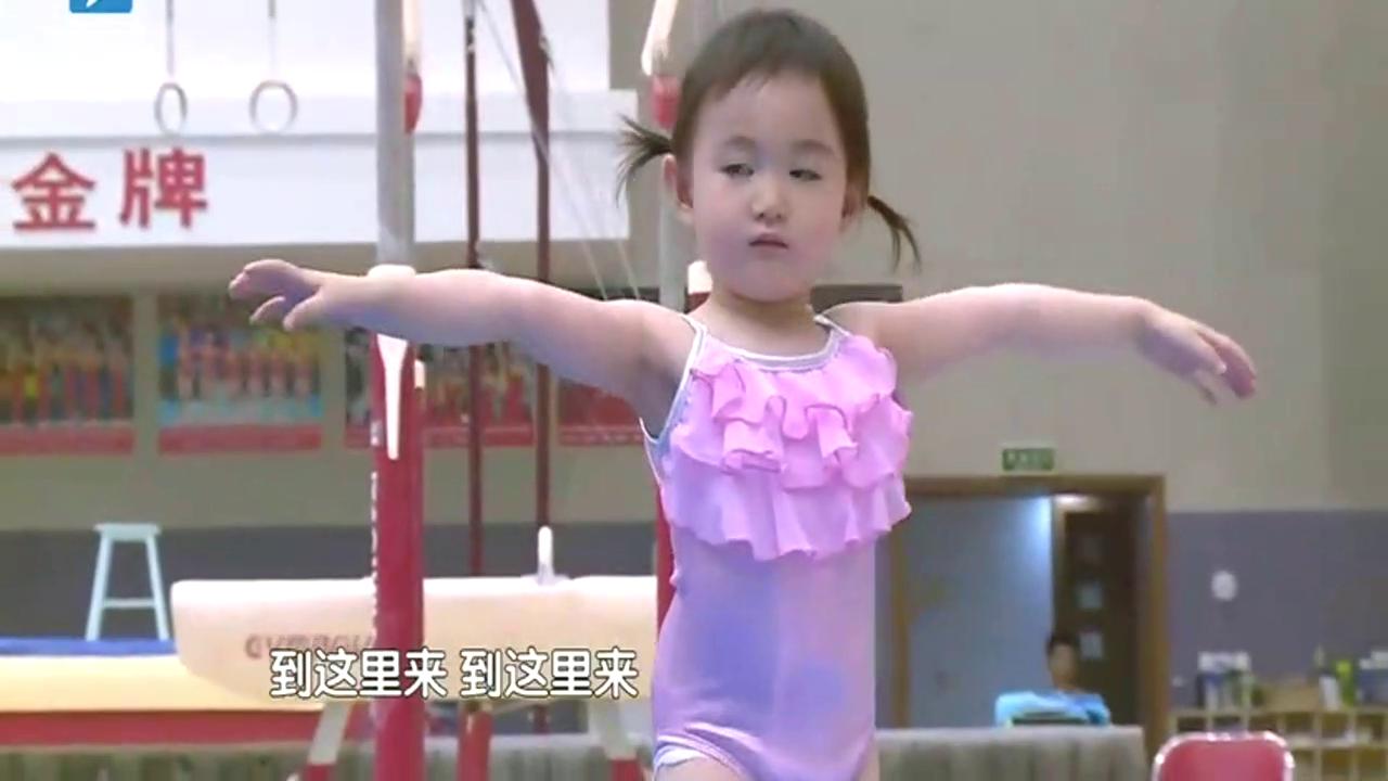 奥莉继承李小鹏基因,演绎呆萌式体操,这动作太标准了!