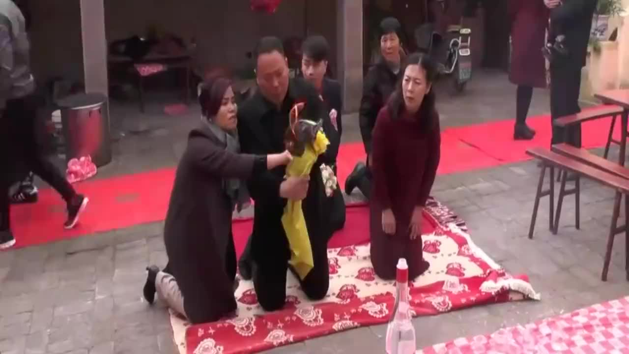 河南农村婚礼风俗,新郎接亲前要烧纸,保佑路上平安