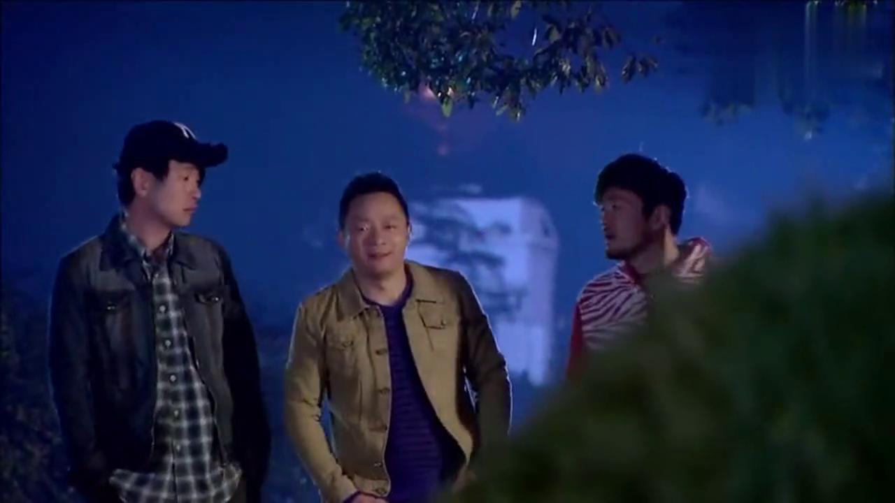 三个大小伙子大晚上在街上打闹,谁知下一秒所有人都后悔了!