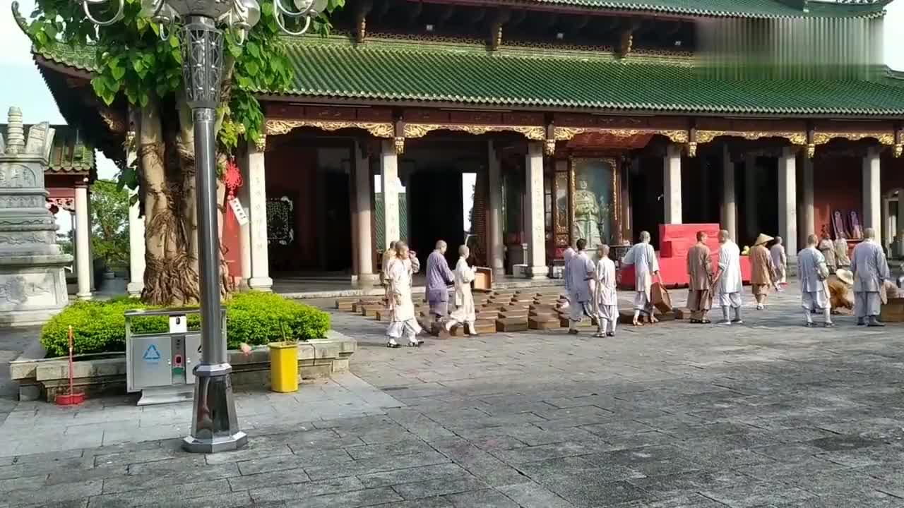 广东陆丰清云山定光寺师傅们在摆烛灯准备中秋节拜月娘