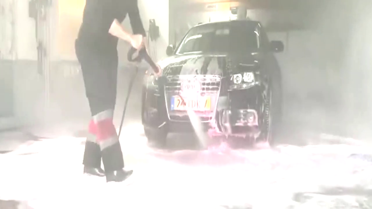 奥迪车脏成这样了,洗车工打开水枪后,酸爽才刚开始