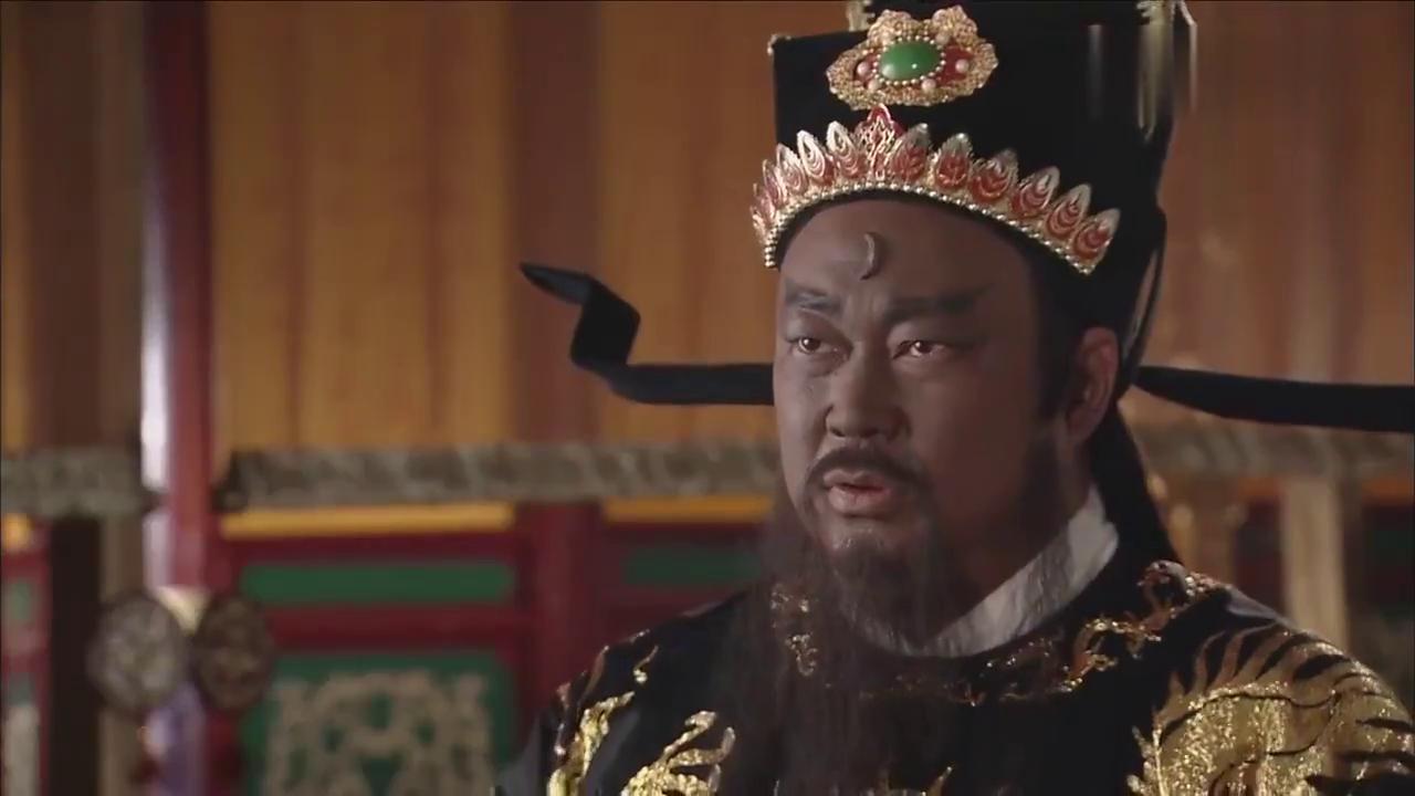 包拯要将太后绳之以法,皇上大怒要罢他官,包拯怒吼一声皇上怂了