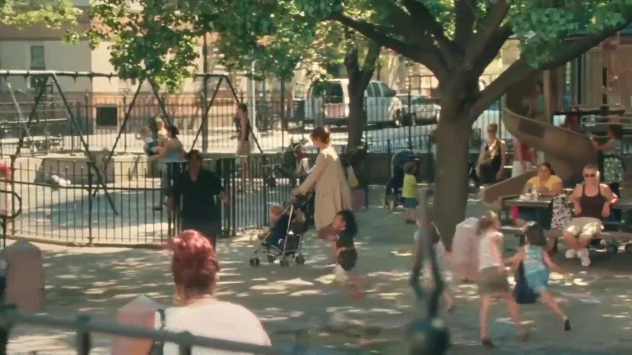 麻烦妈妈:儿子在公园玩,母亲说孩子小,女子竟然曲解了她的意思