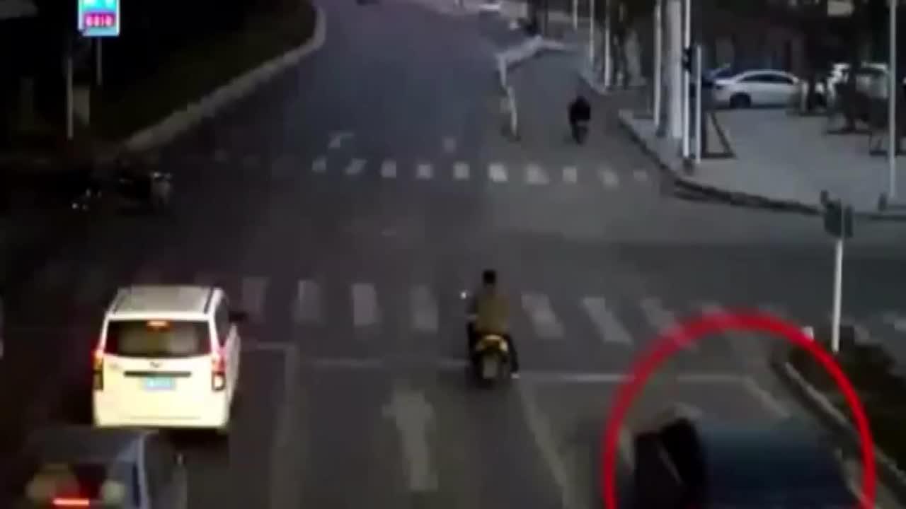 猖狂轿车任性闯红灯下一秒直接撞飞电车男子致1死2伤可恨