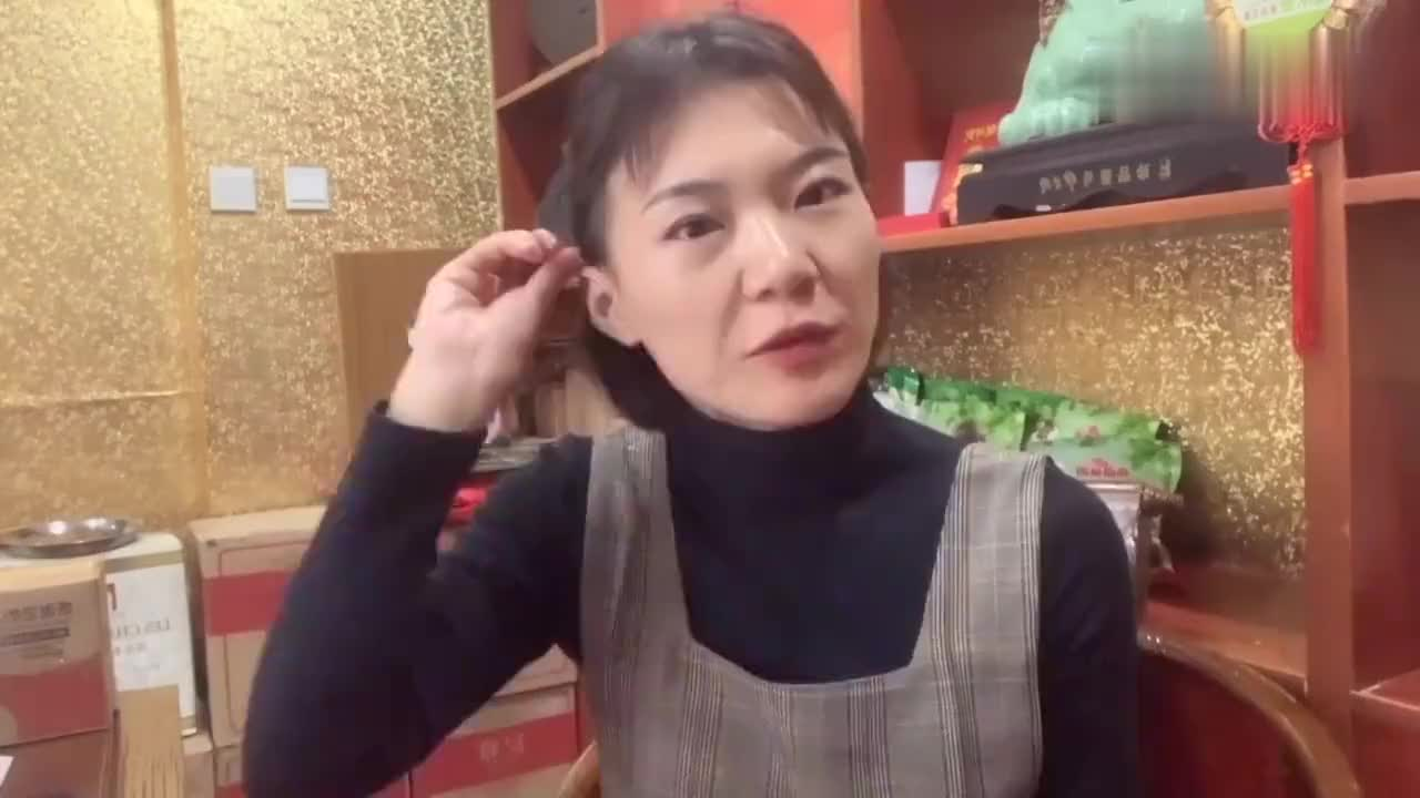 美女忙的在发货新疆吐鲁番的葡萄干超大超甜