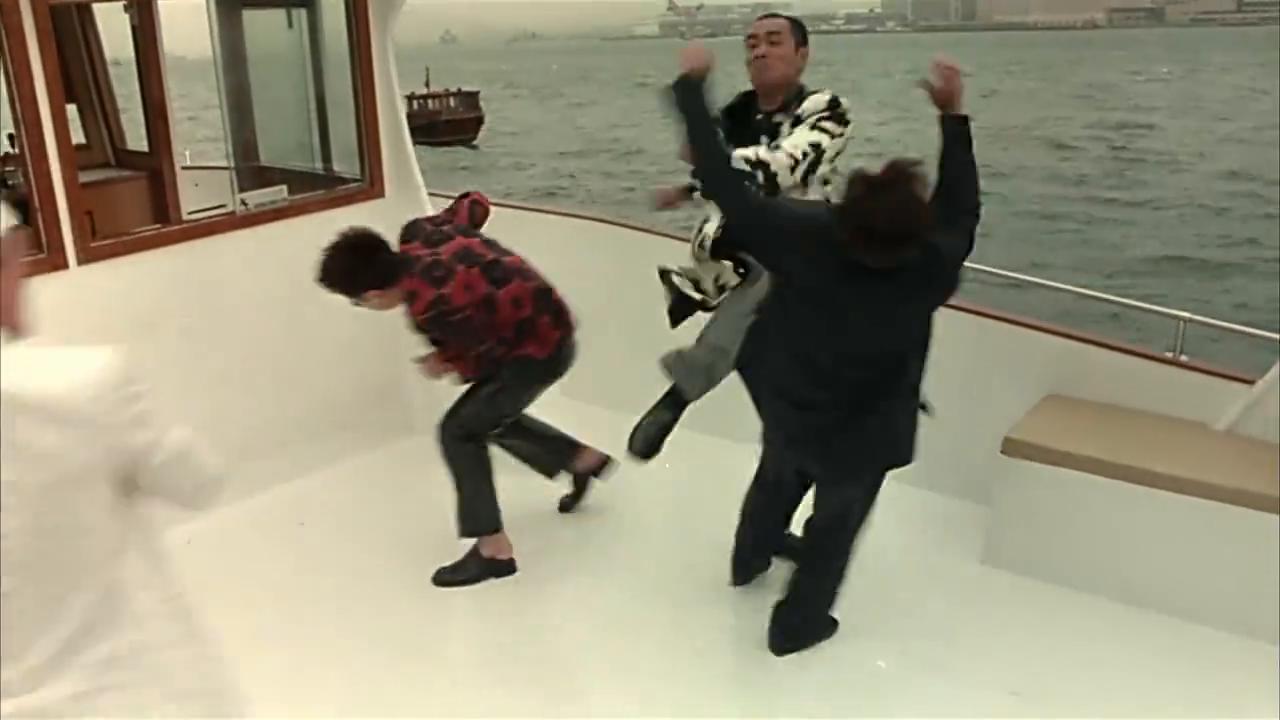 几个人在船上打架斗殴,猛男在一旁看到居然不管