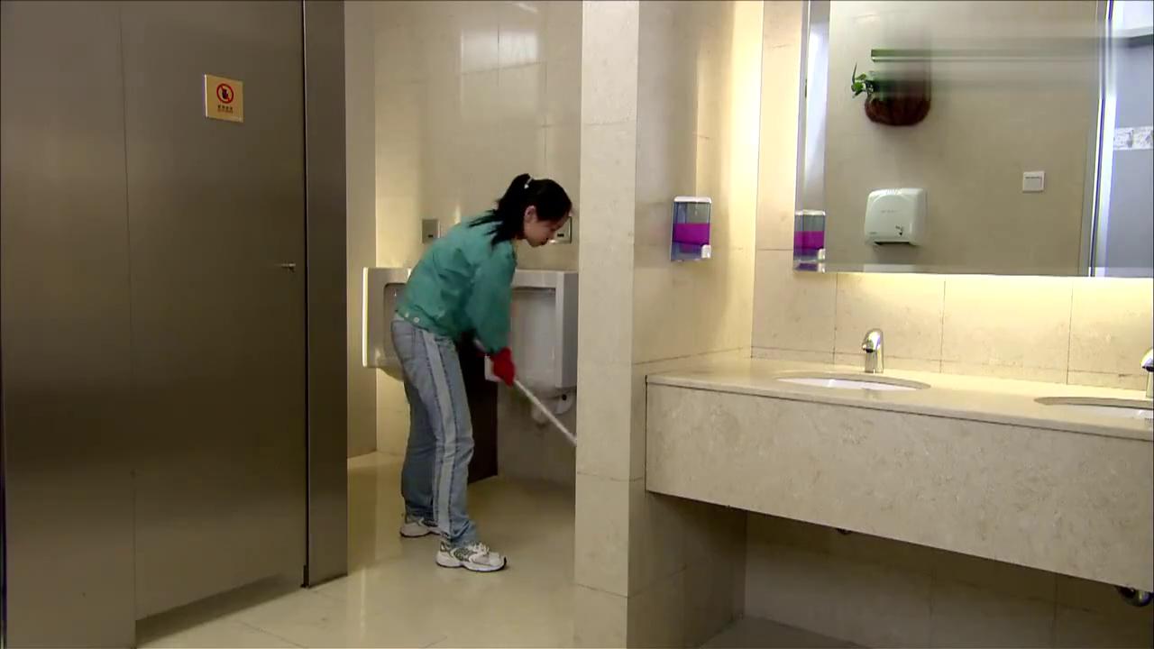 精豆儿:潘大爷着急上厕所,清洁工竟是个小姐姐,瞬间心花怒放!