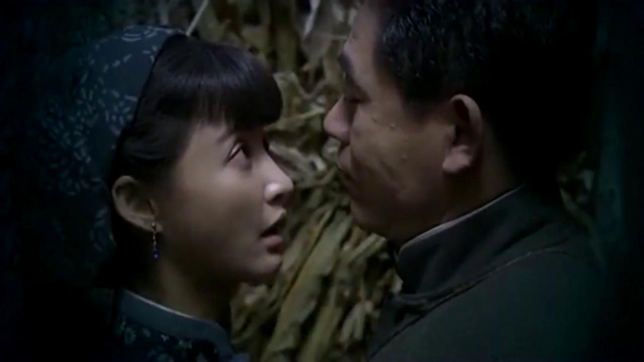 七爷抱着青青,在干草堆里说悄悄话,太逗了!