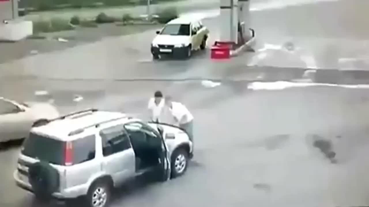 两男子刚打开引擎盖悲剧就发生了监控拍下全过程