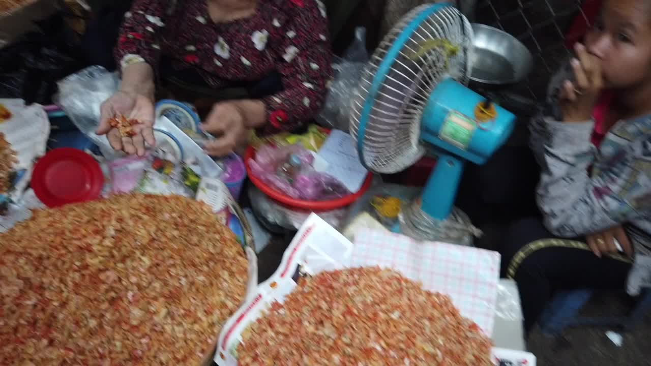 中国小伙在柬埔寨市场购物,被当地价格吓到了,是我太穷还是…?