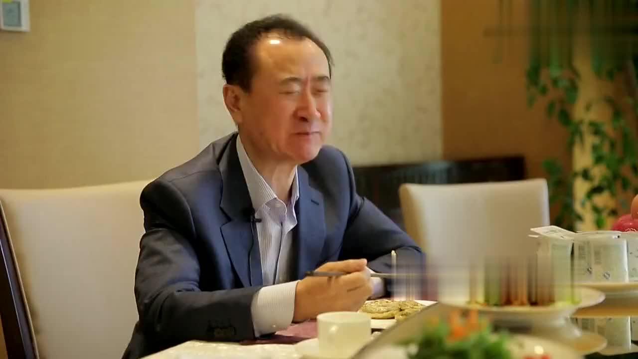 王健林吃饭的时候吧唧嘴鲁豫在旁边差点绷不住就差笑出来了