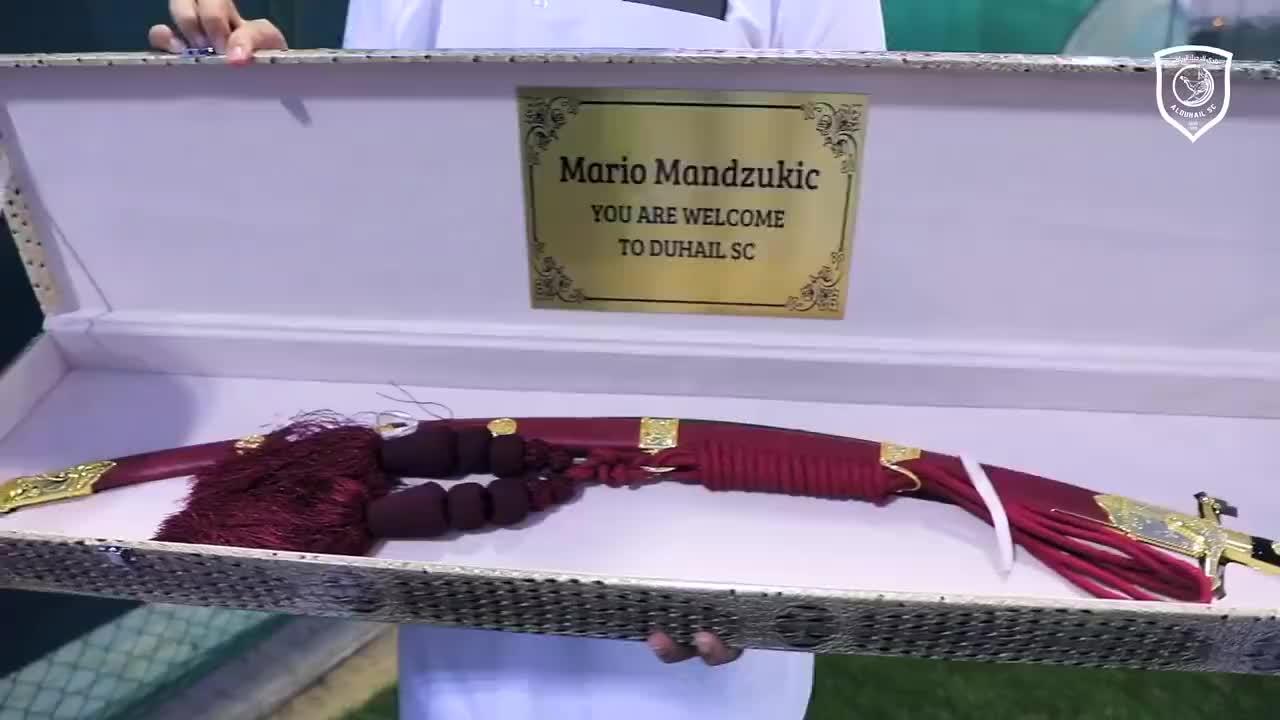 曼朱基奇杜海勒加盟仪式获赠40米长大弯刀